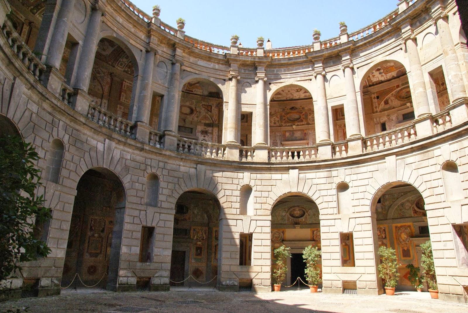 Visita al palazzo farnese di caprarola una delle for Cortile circolare