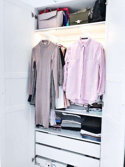 Uszczuplanie garderoby wyzwala pomaga w odnajdowaniu własnego stylu spójna garderoba jak zmniejszyć liczbę ciuchów ubrań w szafie ograniczyć kupowanie nowych rzeczy szafa garderoba porządek bałagan ciuchy ubrania ograniczanie elementy garderoby jak znaleźć swój styl zakupy