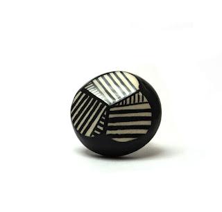 bague ronde bideauté géométrique noir et blanc à rayures en céramique