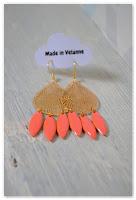 boucles d'oreilles dorées et pampilles oranges