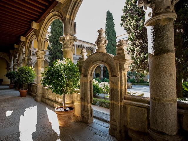 Claustro del convento de Yuste :: Canon EOS5D MkIII | ISO200 | Canon 17-40@17mm | f/4.0 | 1/25s