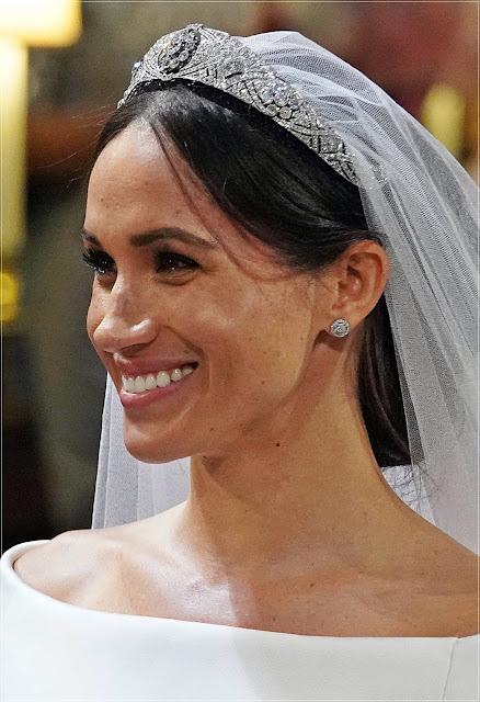 Meghan Markle: naturalny makijaż i tiara na głowie