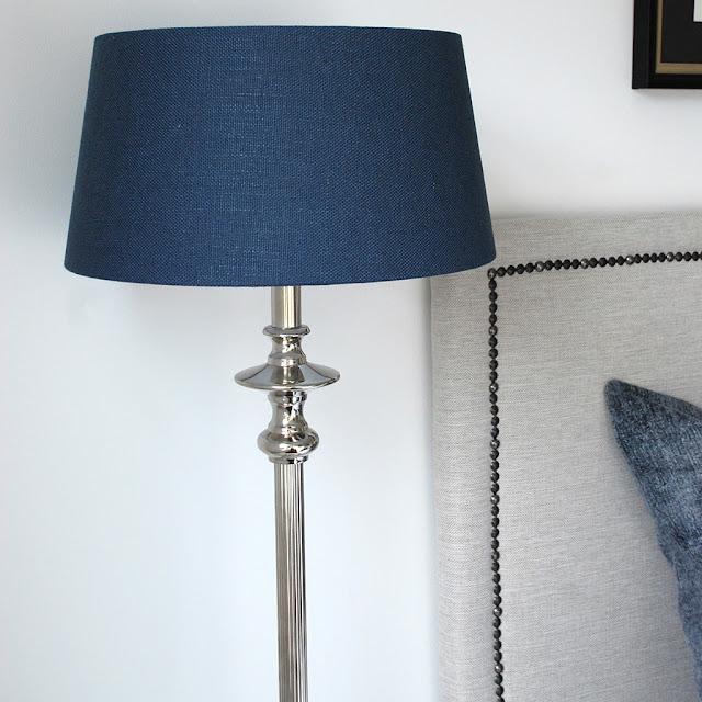 Blå lampskärm hos Longcoast Living.