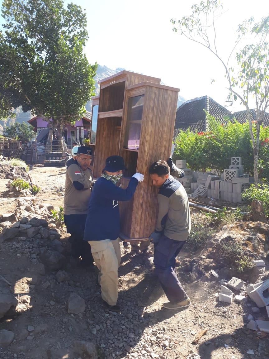 Di Balik Foto Enam Laki-laki yang Membopong Lemari Usai Gempa