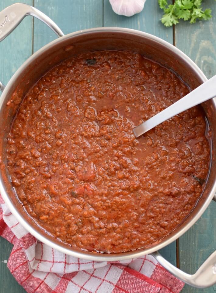 Salsa boloñesa casera en cacerola, recién cocida
