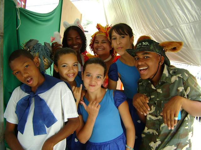"""Apresentação do Grupo de Teatro do Programa Vida Mais no evento """"Vem que tem... Arte e cultura na Biblioteca"""", 19/10/2009."""