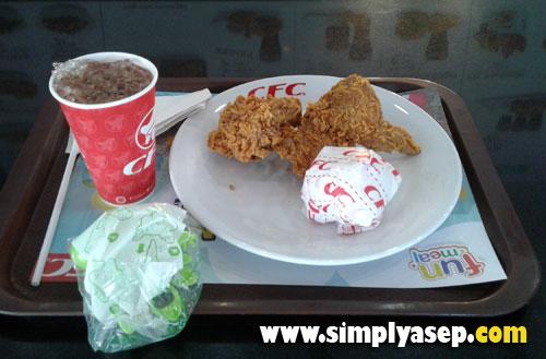 DINO LAND : Paket khusus anak anak ini terdiri atas 1 potong ayam, 1 pcs Nasi , 1 cup Milo Dingin dan hadiah mainan berbentuk Dino.  Photo Asep Haryono
