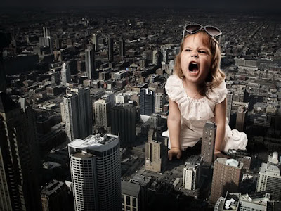 Manipulación o fotomontaje  fotográfico niña gigante