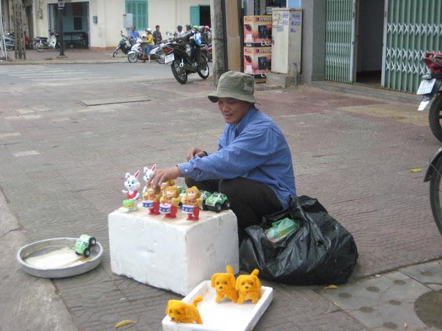 Người đàn ông bán đồ chơi