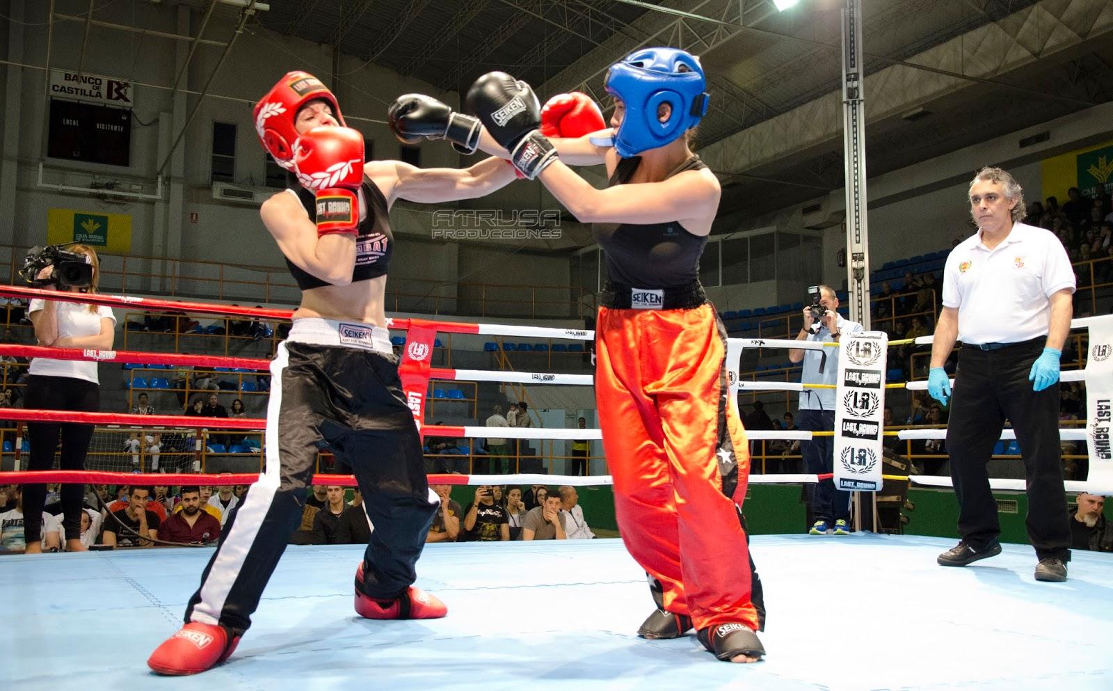 Luchadoras pegándose puñetazos