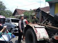 Mobil Berpelat Merah Seruduk Warung Makan