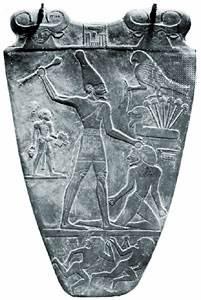 Figura quizás representando a Menes en una tablilla de la victoria del rey egipcio Narmer, c. 2925-c. 2775 aC.