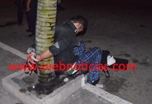 Ciudadanos atrapan y dejan amarrado a una palmera a ladron en Veracruz