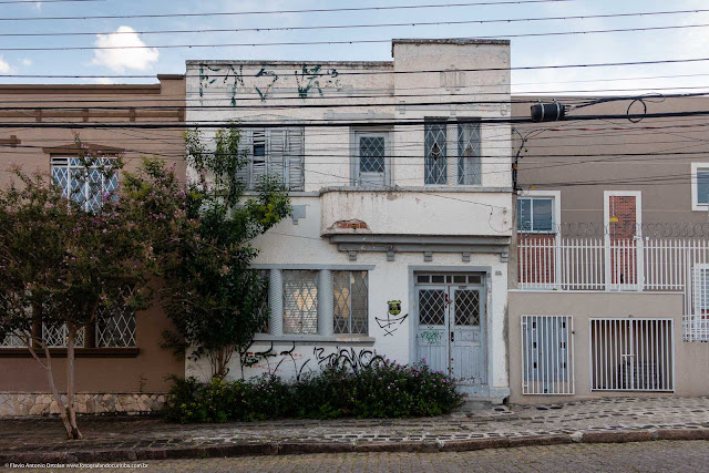 Casa com dois andares na Rua Paula Gomes
