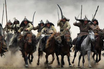 """Sejarah Bangsa Mongol  Ada beberapa versi mengenai asal usul bangsa Mongol, dalam buku Ensiklopedi Islam disebutkan Mongol adalah sebuah bangsa yang berasal dari pedalaman Siberian yang datang dari arah utara menuju ke wilayah Mongolia. Mereka menamakan dirinya sendiri sebagai """"putra srigala berbulu hijau"""" dan sebagai """"rusa tak bertanduk"""", dan kehidupan mereka ibarat kehidupan binatang[4]. Dalam versi lain dikatakan Bangsa Mongol berasal dari daerah pegunungan Mongolia yang membentang dari Asia Tengah sampai ke Siberia Utara, Tibet Selatan dan Manchuria Barat serta Turkistan Timur. Nenek moyang mereka bernama Alanja Khan, yang mempunyai dua putera kembar, Tatar dan Mongol. Kedua putera itu melahirkan dua suku bangsa besar, Mongol dan Tartar.  Dalam rentang waktu yang sangat panjang, kehidupan bangsa Mongol tetap sederhana. Mereka mendirikan kemah-kemah dan berpindah-pindah dari satu tempat ke tempat lain, menggembala kambing dan hidup dari hasil buruan. Mereka juga hidup dari hasil perdagangan tradisional, yaitu mempertukarkan kulit binatang dengan binatang yang lain, baik di antara sesama mereka maupun dengan hangsa Turki dan China yang menjadi tetangga mereka. Sebagaimana umumnya bangsa nomad, orang-orang Mongol mempunyai watak yang kasar, suka berperang, dan berani menghadang maut dalam mencapai keinginannya. Akan tetapi, mereka sangat patuh"""