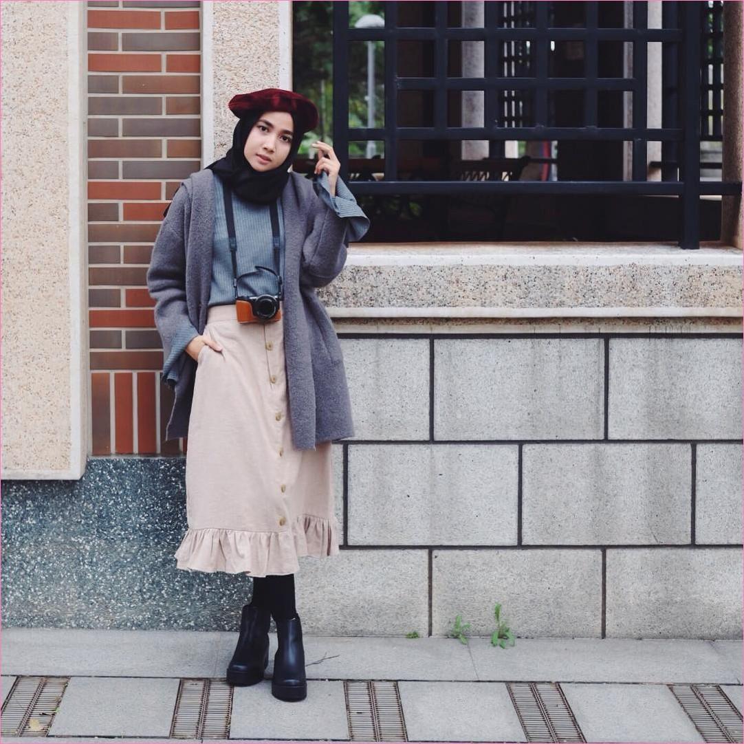 Outfit Rok Untuk Hijabers Ala Selebgram 2018 legging ankle boots hitam hijab pashmina diamond hitam t-shirt kain wools abu blazer bulu abu tua rok A-line skirt krem topi merah maroon kamera digital oren ootd trendy
