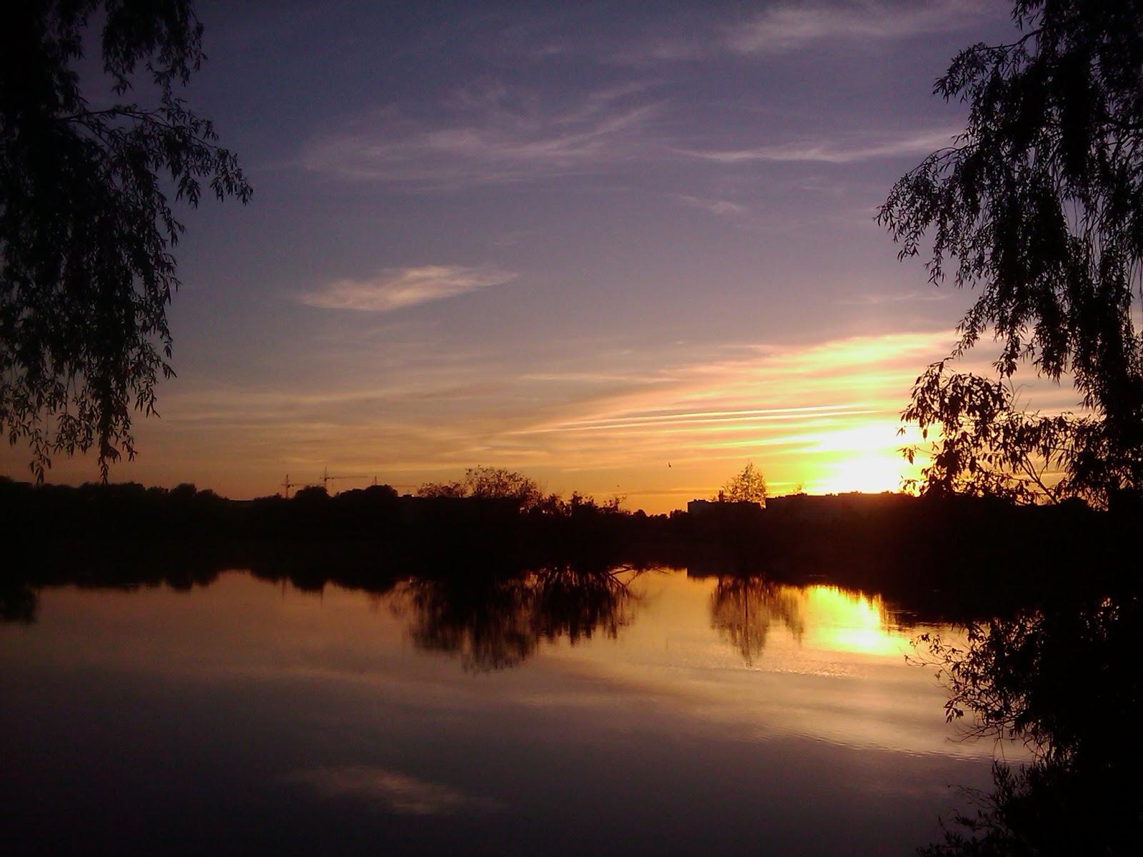 Красивый вечерний закат над водой