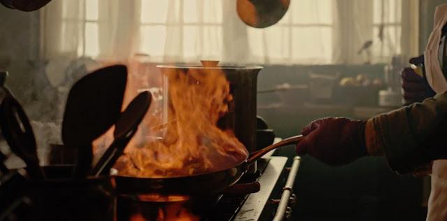 una sarten flambeando