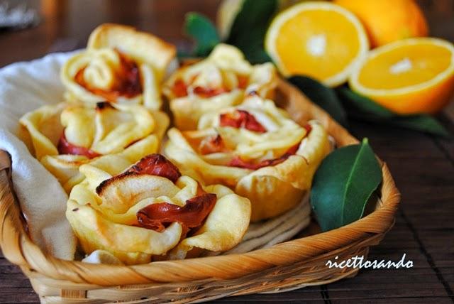 Rose d'inverno con renette e prosciutto ricetta fingerfood a base di mele e pasta brisè