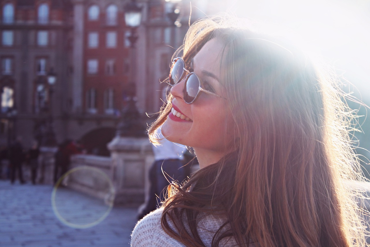 17f1706732bf7 Os óculos de sol oferecem mais que proteção. Eles são protagonistas dos looks  diurnos em qualquer estação, mas em especial no verão.