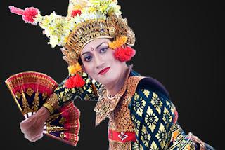 Berimajinasi merupakan suatu cara yang dilakukan untuk sanggup menghasilkan gerakan Materi Sekolah |  Pemeran Seni Tari Indonesia (Bagong Kussudiardjo, Sujana Arja, Sasminta Mardawa, Didik Nini Thowok, Tjetje Sumatri)