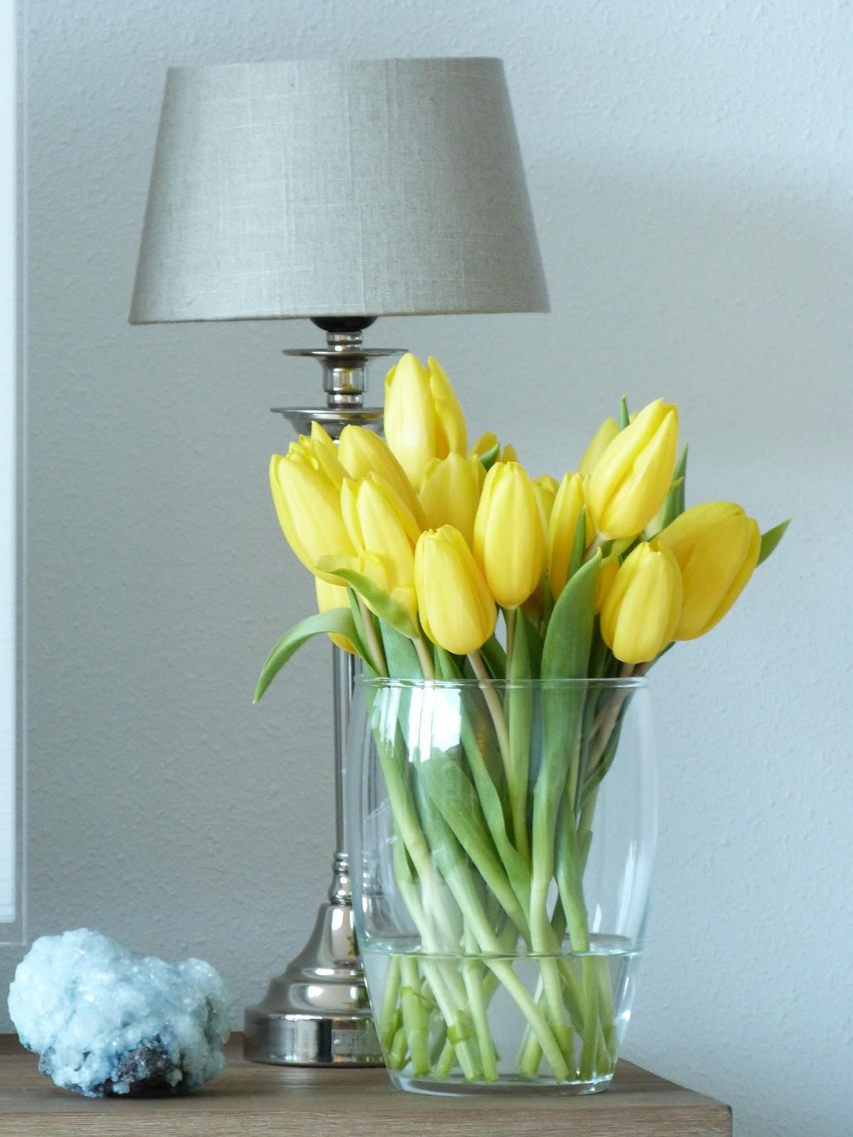 Het BrocanteSchelpenhuisje Gele tulpen en een leuke vaas