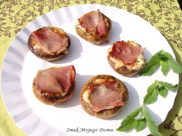 http://smakmojegodomu.blogspot.com/2017/06/pieczarki-z-grilla-z-mozzarella-i.html