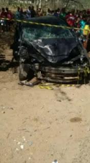 Carro fica totalmente destruído em batida de frente que deixou uma vítima fatal na BR-412
