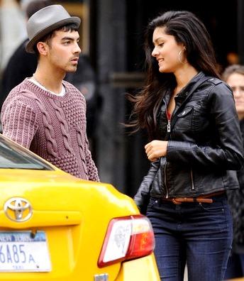 Foto de Joe Jonas abriendo la puerta del carro a Jessica Pott