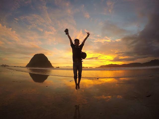 foto sunset di pantai pulau merah