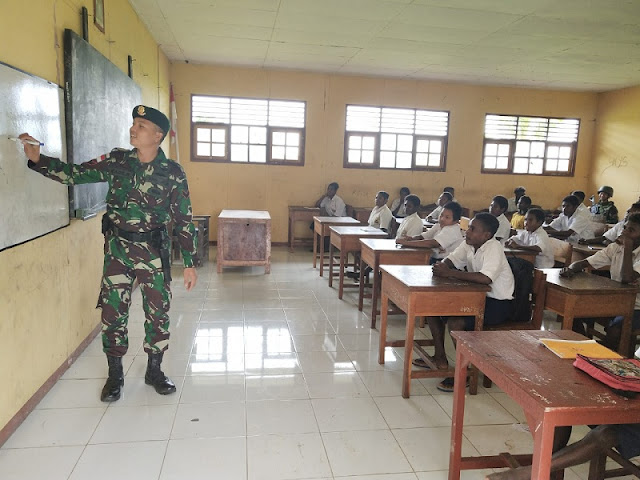 Siswa SMP N 1 Kimaam Belajar Bersama Satgas Yonif 755 Kostrad