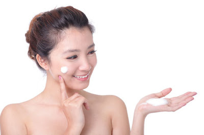 Thoa kem chống nắng là bước quan trọng trong cách làm trắng da ở nhà