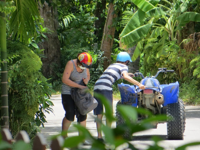 Квадрацикл в Таиланде с двумя туристами