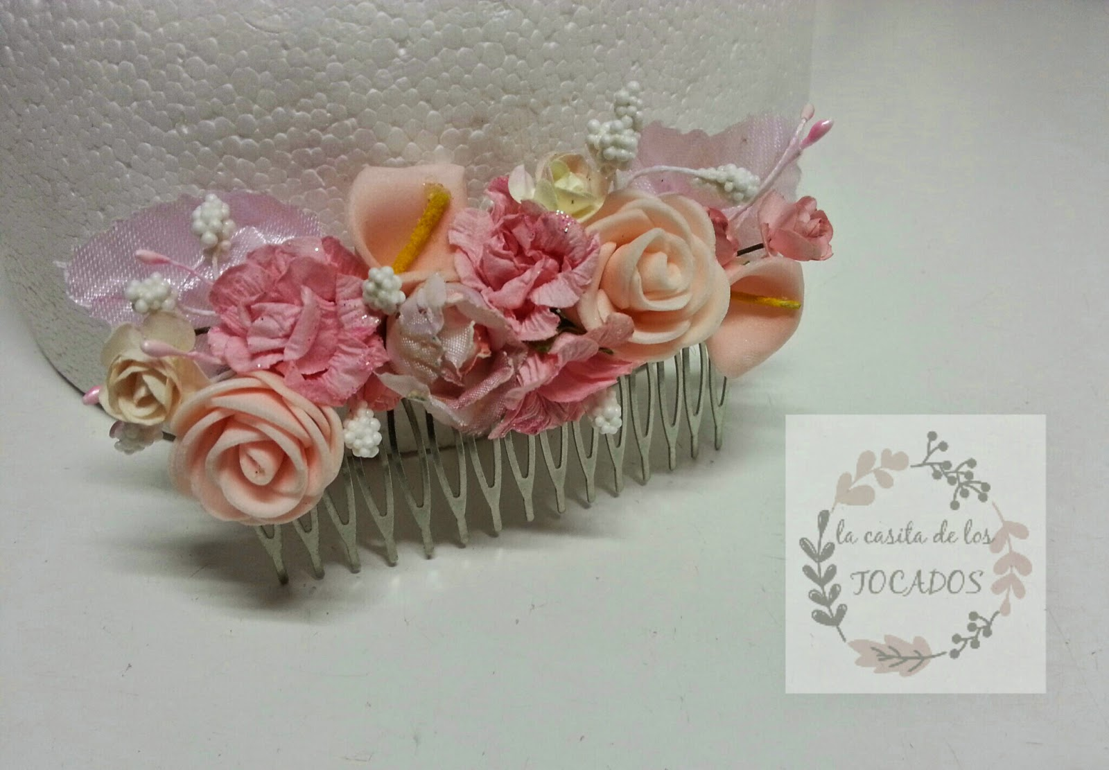 peineta para boda decorada con florecillas en varios tonos de rosa, y crudo