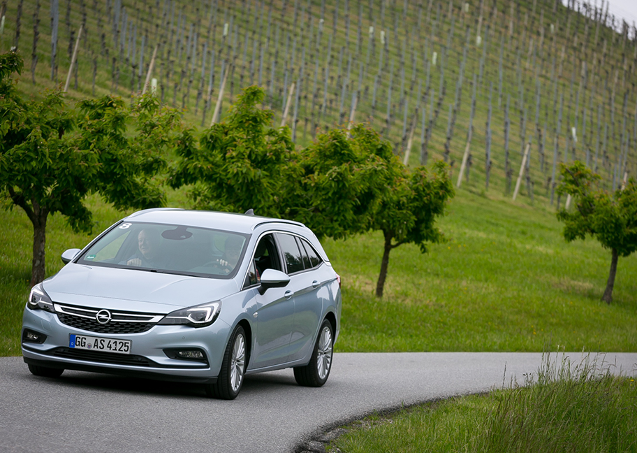 Opel Astra Sports Tourer Testfahrt in Weinbergen
