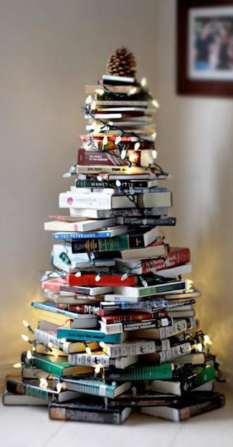Árbol de Navidad improvisado con libros