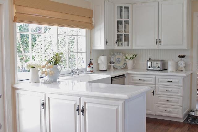 spring-tour-white-kitchen farmhouse style white flowers spring decor