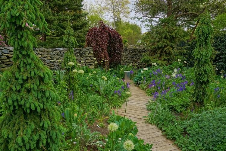 The Silver Garden | Artemisia, Stachys y Cynara intercalados entre Allium, jacintos y Tulipanes .