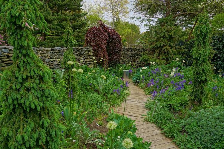 Sakonnet Garden. Rhode Island. The Silver Garden | Artemisia, Stachys y Cynara intercalados entre Allium, jacintos y Tulipanes .