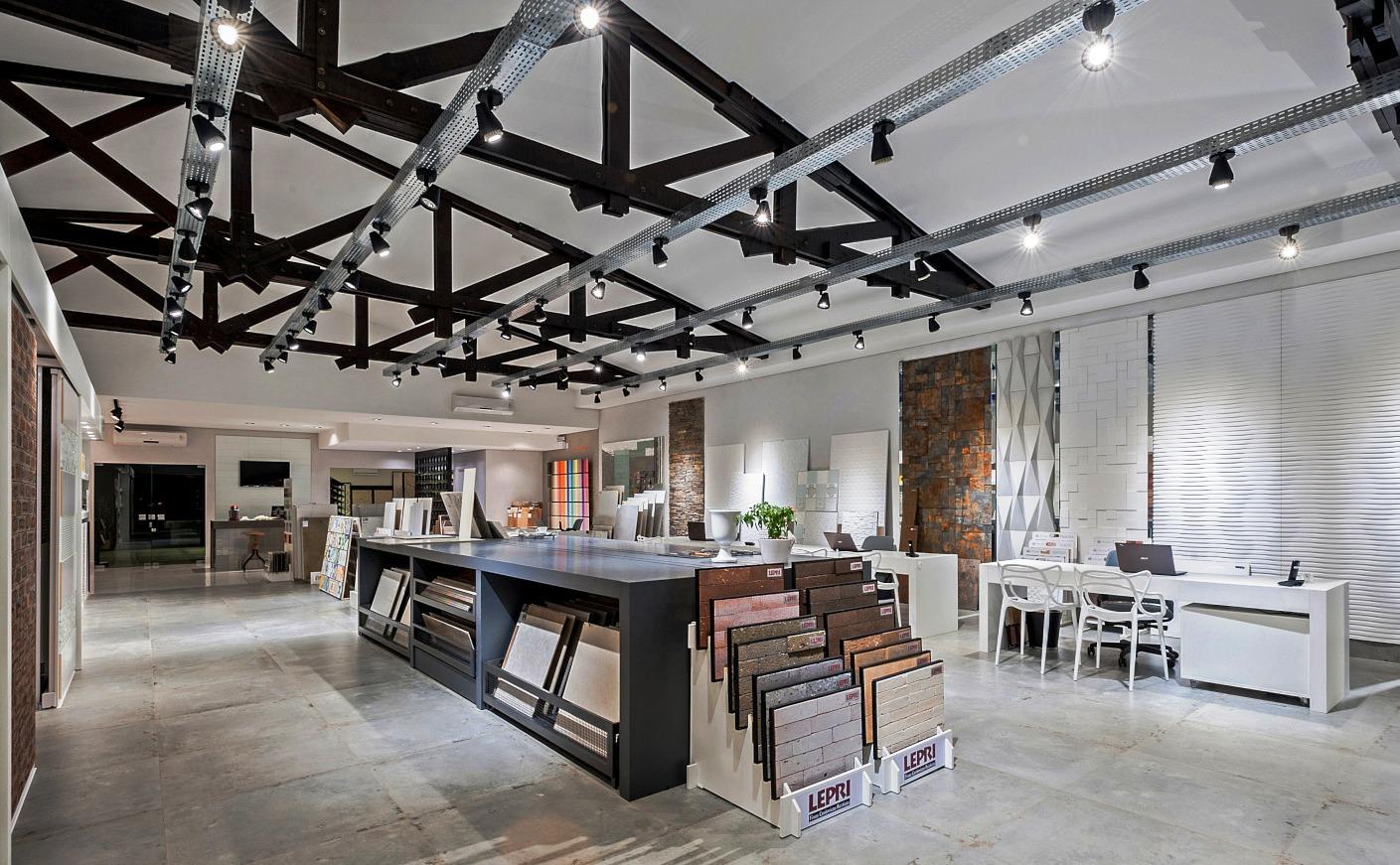 """0b035fd582ea9 O projeto de interiores da G. Baraldi Revestimentos é assinado pela  designer Claudia Baggio Pereira. No conceito """"barracão chique"""", a loja  esbanja ares de ..."""