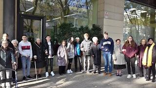 Grans i joves davant de l'Aviparc