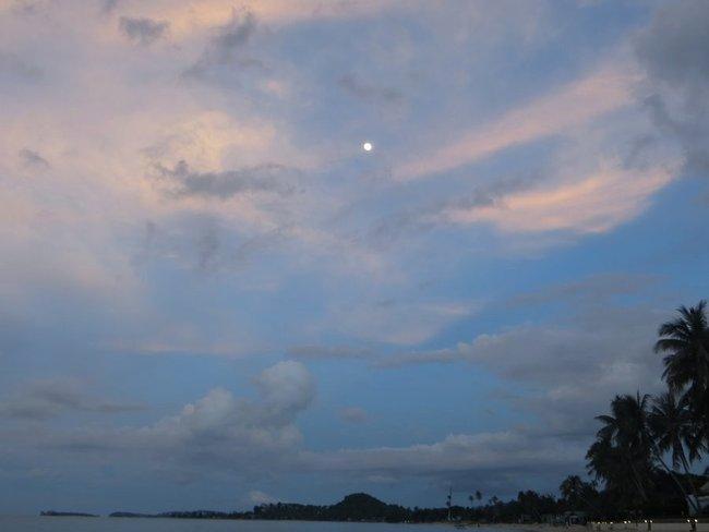 Море Самуи, луна над пальмами