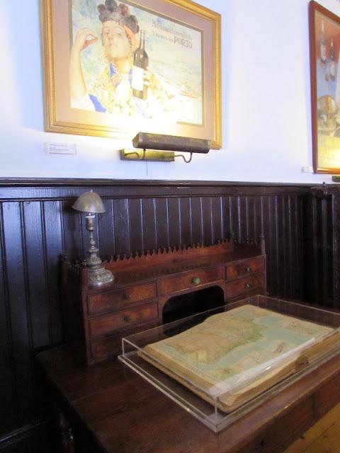 expositor e quadro - rótulo no museu Ramos Pinto