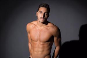 Lucas Mantellato mostra o corpo sarado em sessão de fotos