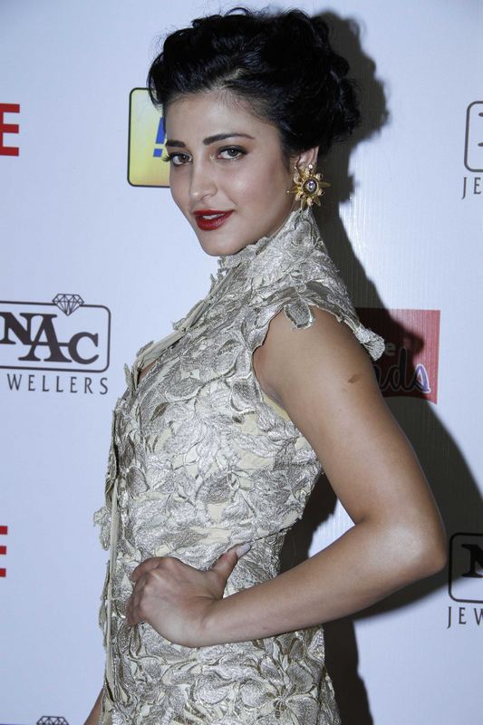 Actress Shruti Haasan Stills In White Dress At Idea Film fare Awards