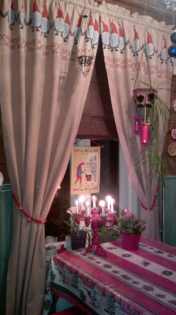 keittiö jouluverhot vanha kynttelikkö värikäs koti