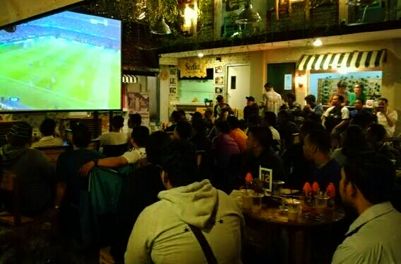 Acara nobar pertandingan sepak bola