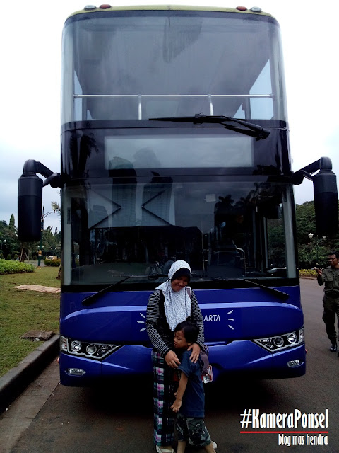 Berfoto di Depan Bus City Tour - Blog Mas Hendra