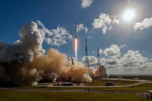 Video Peluncuran Roket Falcon 9 Mengorbitkan Satelit Komunikasi