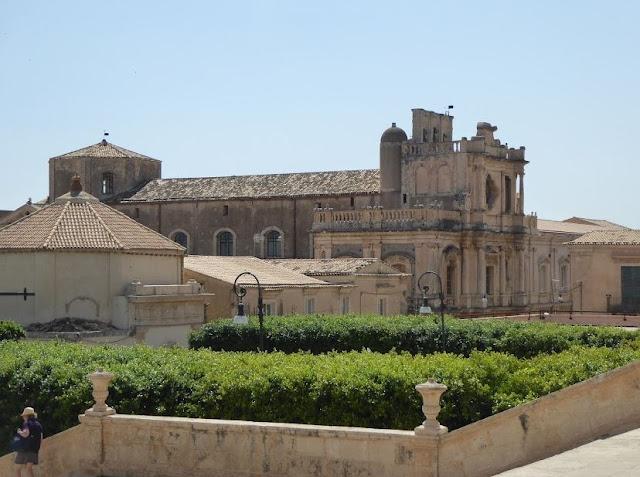 chiesa di san carlo al corso vista dalla cattedrale di noto